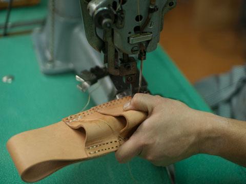 古いミシンで縫う